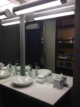 Aloft Houston by the Galleria: Bathroom