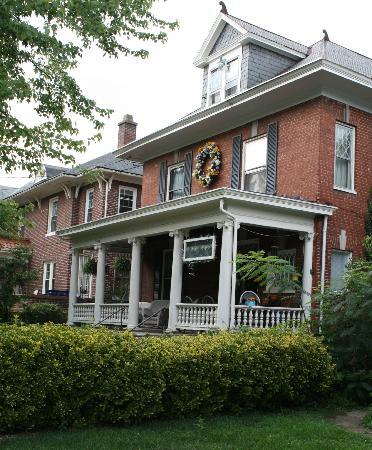 Rose Hill Bed & Breakfast: Rose Hill B&B from east on Washington Ave SW.
