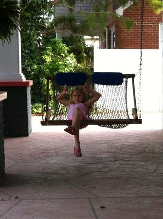The Island Guesthouse & Cottages: kids love the hammock