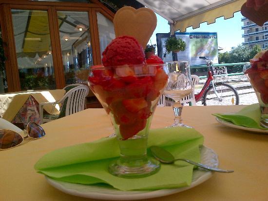 Pizzeria Bar Principe: Coppa di fragole con gelato