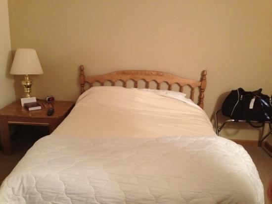 Shady Lane Cabins & Motel: سرير نظيف