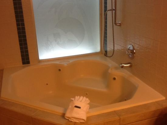 Legacy Vacation Resorts: jacuzzi in bedroom bathroom.