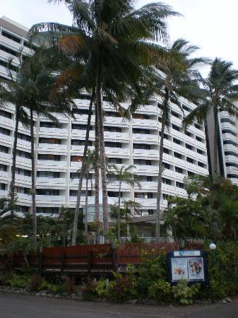 Rydges Esplanade Resort Cairns: ホテル近景。手前がプールです