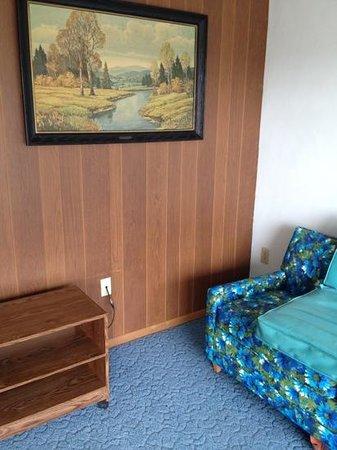 Pine Burr Inn: ugly and depressing