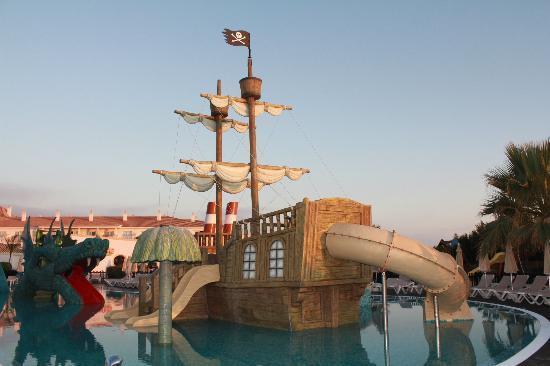 Toboganes en la piscina infantil picture of clubhotel - Toboganes para piscinas ...