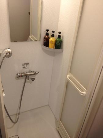 Dormy inn Premium Shibuya Jingumae: shower in room