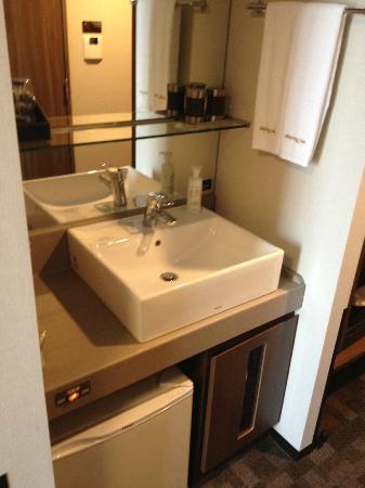 Dormy inn Premium Shibuya Jingumae: sink in room