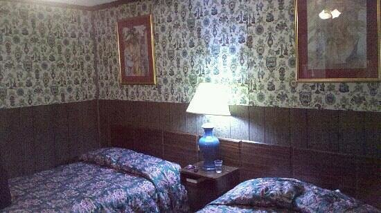 Pinehurst Motel: Ugly wallpaper, but reasonably comfortable and clean room.