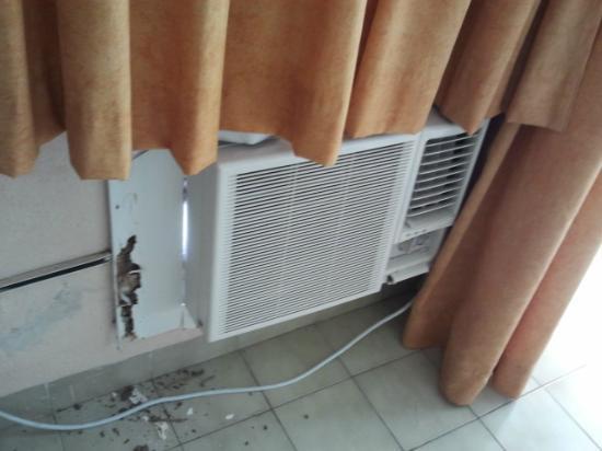Hotel Acuazul: Aire acondicionado con cubierta en muy mal estado.