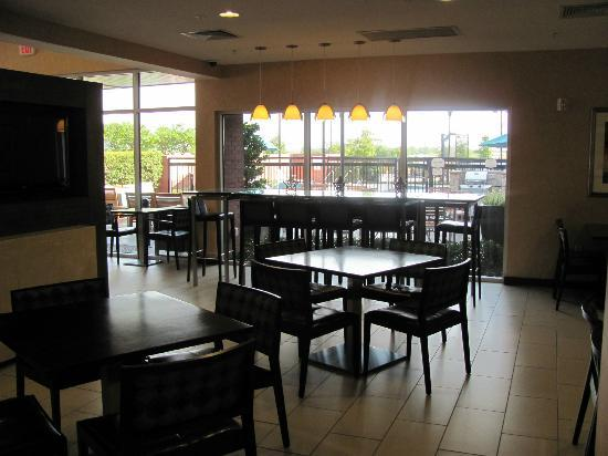 Residence Inn Dallas Plano/The Colony: Dining space has a community table which is good for a group of co-workers/large family