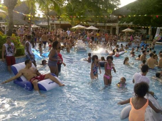 Viva Wyndham Dominicus Palace: Pool Party