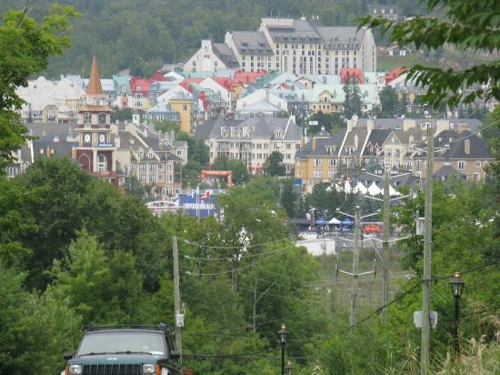Tremblant Sunstar Condominiums : the steep hill from Les Manoirs to The Village