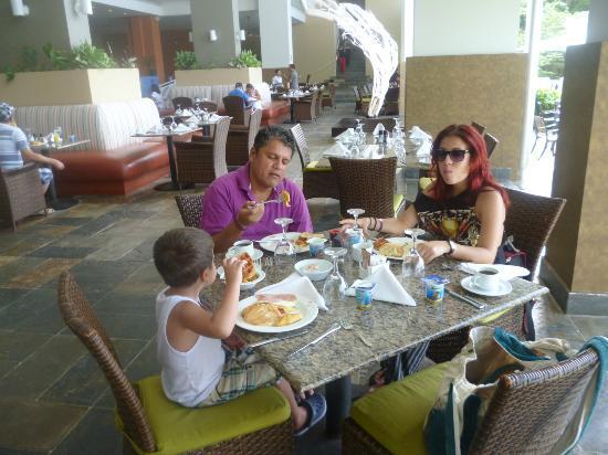 Santa Clara, Panama: mesas de comedor, servicio impecable