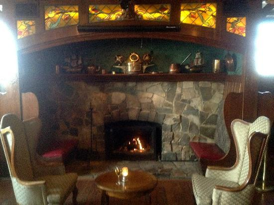 Santa Maria Inn: Roaring fire in The Tap Room...so cozy on a Sunday afternoon!