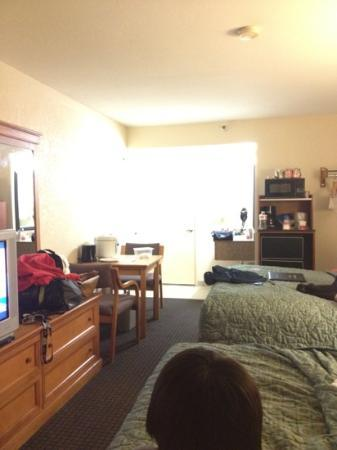 Motel 6 San Diego Mission Valley East: 2 Queen bed w/ fridge & microwave + mini table