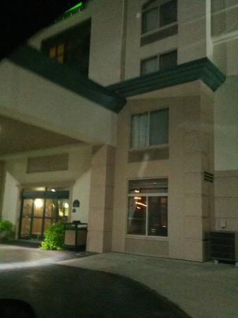 Wingate by Wyndham Tinley Park: Front hotel entrance
