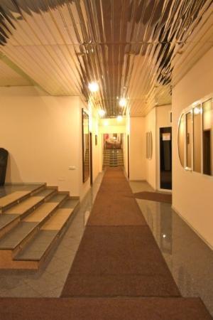 Polesye Hotel : エレベーターホールからロビー方向の廊下