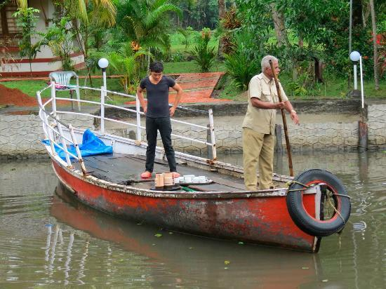 Coir Village Lake Resort: Nichel the cook/bearer and the boatman