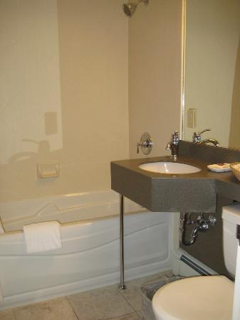 The Hotel on Pownal: Bathroom