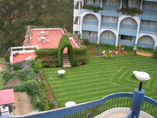 Sinclairs Retreat Ooty: Lawn
