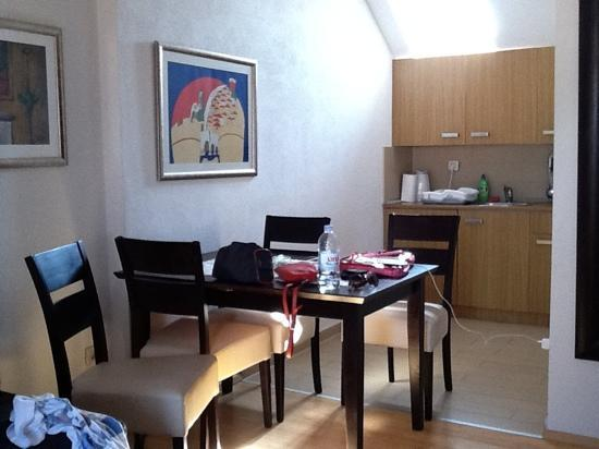 Villa Flores: dining and kitchenette