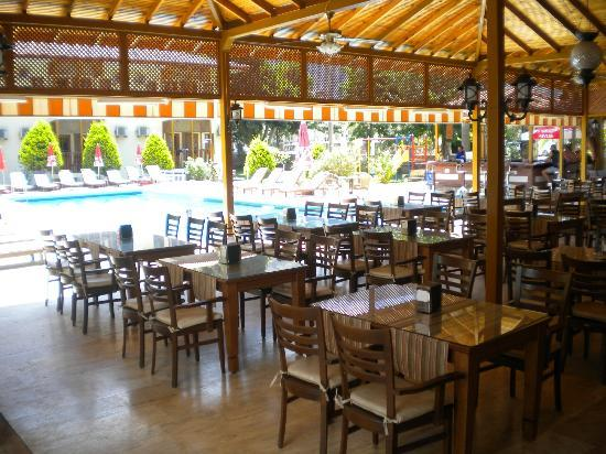 Hotel Oludeniz: pool and restaurant; 10-july-2012