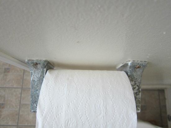 Joe's Place: Verschmutzter Toilettenpapierhalter