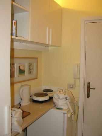 Sorrento Apartments: Little kitchen area