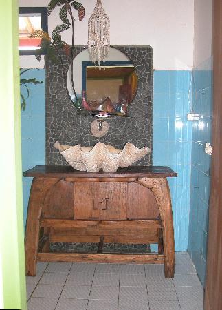 Bunga Bungalo: bathroom