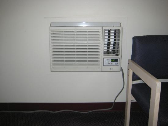 Foghorn Harbor Inn Hotel: Broken AC