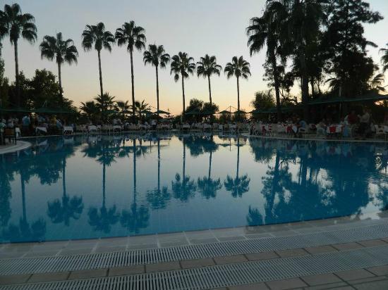 Hotel Iz Flower Side Beach: Utsikt över ena poolen på det helt underbara badområdet, med havet strax nedanför :-)