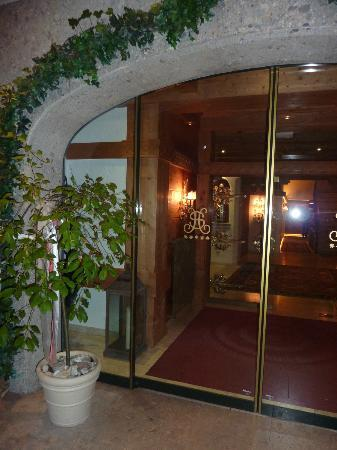 Hotel Salzburgerhof: Hotel entrance