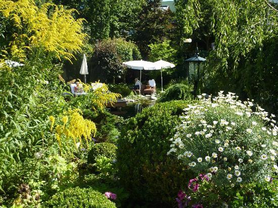 Hotel Salzburgerhof: Garden at Hotel