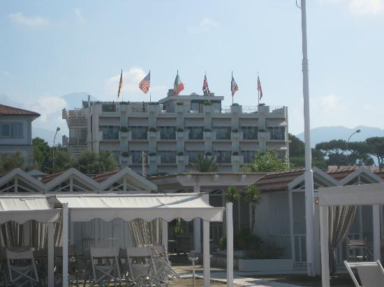 Hotel Il Negresco: View of Hotel from beach