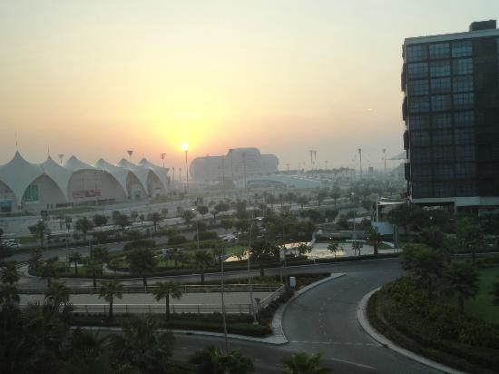 Radisson Blu Hotel, Abu Dhabi Yas Island: Alba sul circuito vista dalla nostra camera