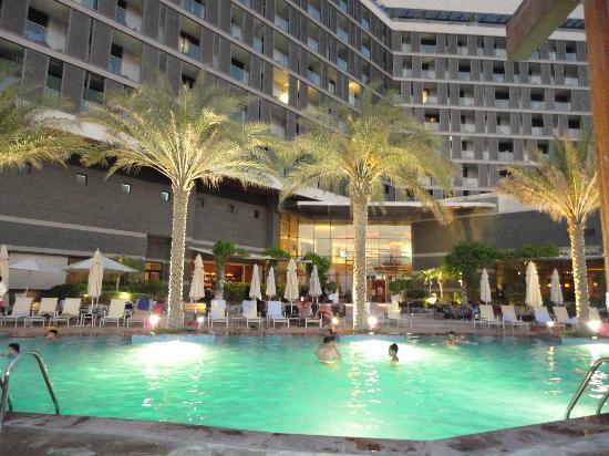 Radisson Blu Hotel, Abu Dhabi Yas Island: Vista dell'hotel dalla piscina