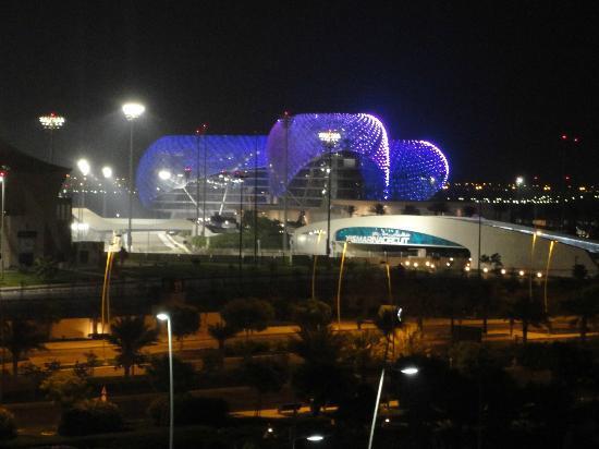Radisson Blu Hotel, Abu Dhabi Yas Island: Hotel del circuito di notte dalla nostra camera