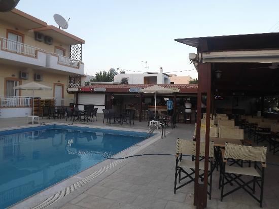 Christina Apartments: bar and pool area