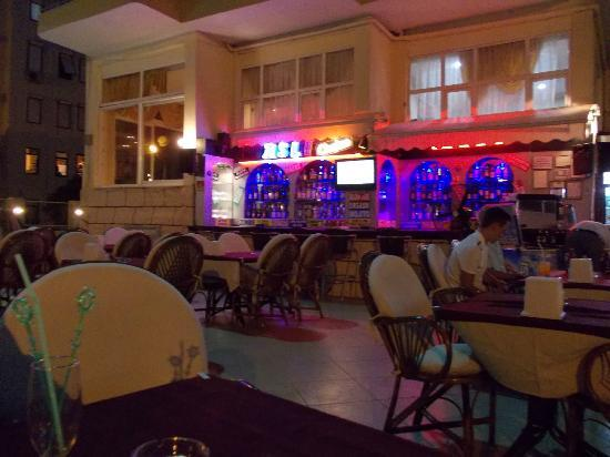 Asli Hotel: Asli bar and restaurant attached to the hotel! Try it out!