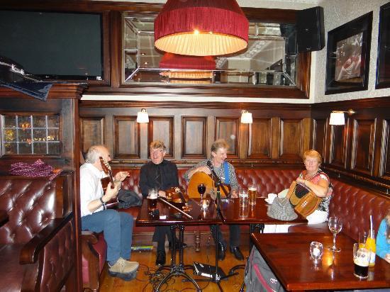 The Grand Hotel Tralee: Música tradicional en el bar