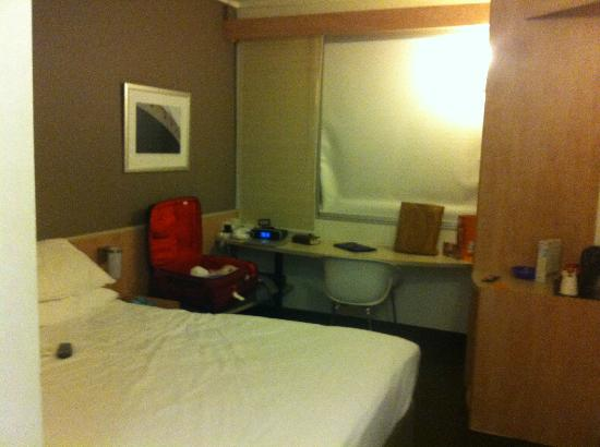 Ibis Sydney Darling Harbour: My shoe box of a room, 1013
