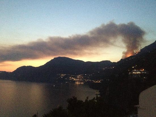 Hotel Tramonto d'Oro: forest fire above Positano