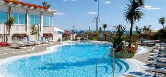 Piscina vista mare foto di hotel capri jesolo tripadvisor - Hotel con piscina jesolo ...