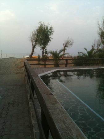 Simenzaru Wild Village: piscina adiacente alla spiaggia