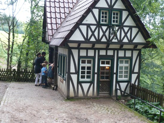 Odenthal, Germany: Eine der zahlreichen Märchenstationen im Märchenwald