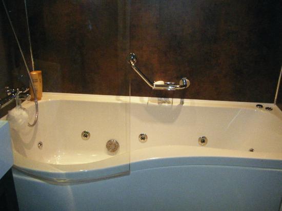 Abbey Lodge Hotel: Fabulous Jacuzzi Bath