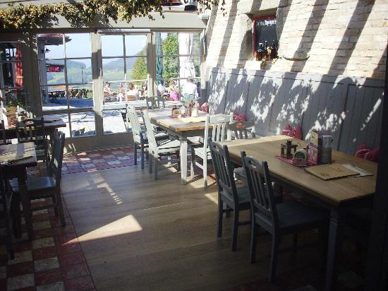 Duftbrau: Einer der Essensbereiche mit Zugang zum Wintergarten