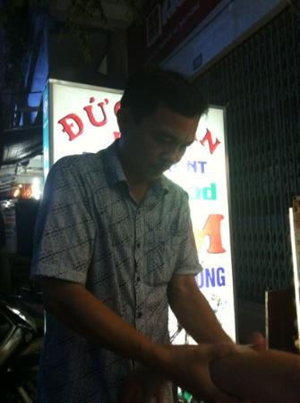 Duc Tuan Restaurant : le masseur ;)