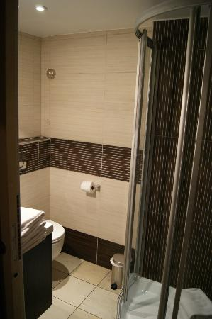 La Villa d'Elsa : Salle de douche de l'appartement