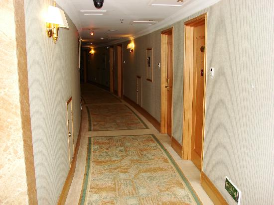 Wei Hai Golden Bay Hotel: Коридоры отеля.